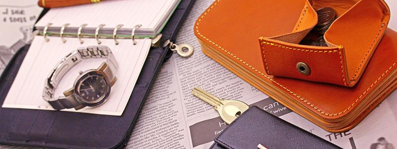 机の上に置いてある腕時計や財布