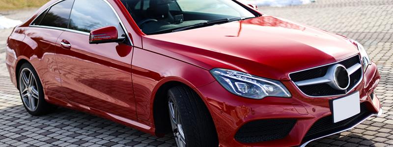 赤い色の高級車